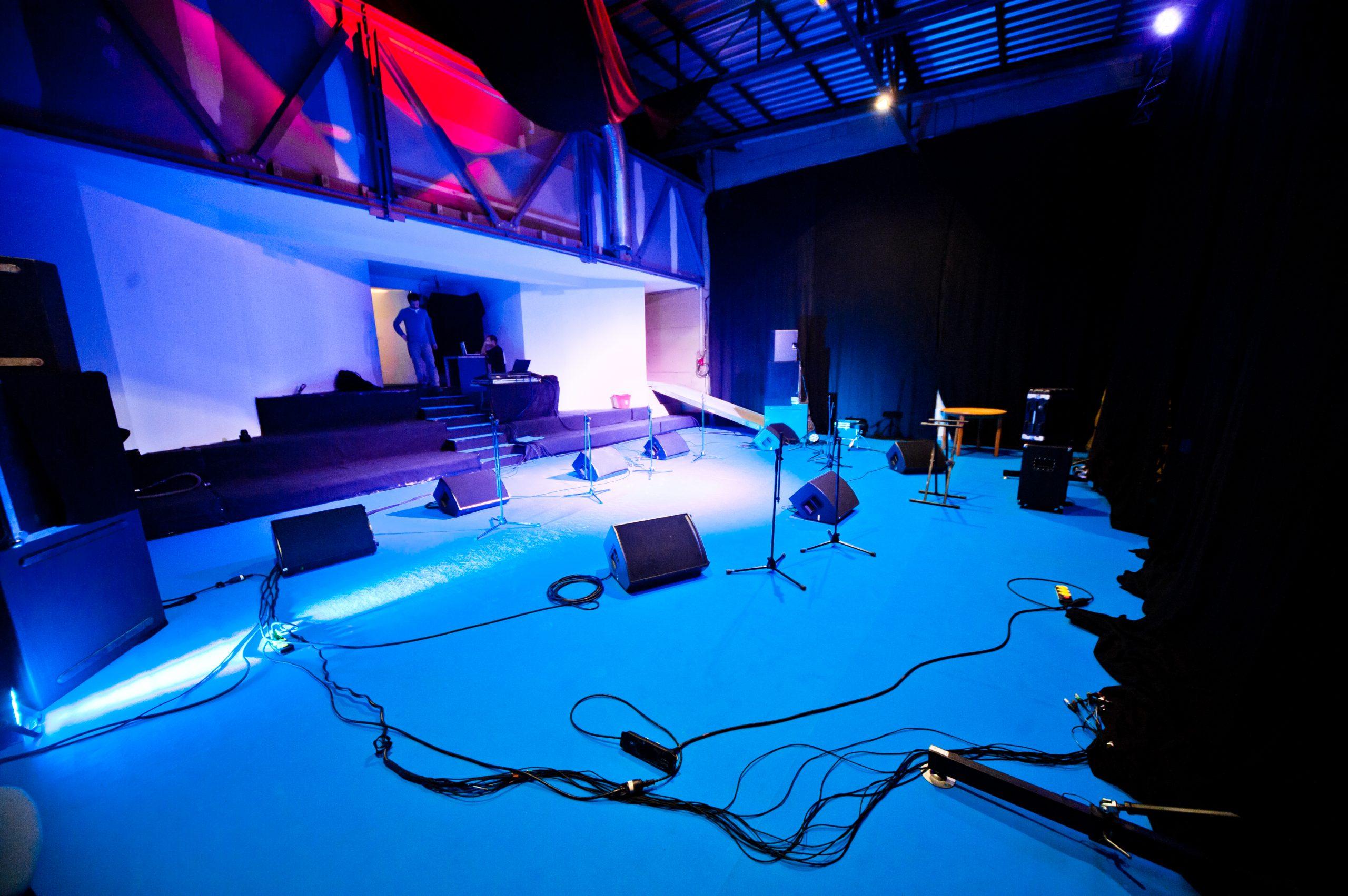 Une salle de création artistique dans une salle de spectacle à la moquette bleue