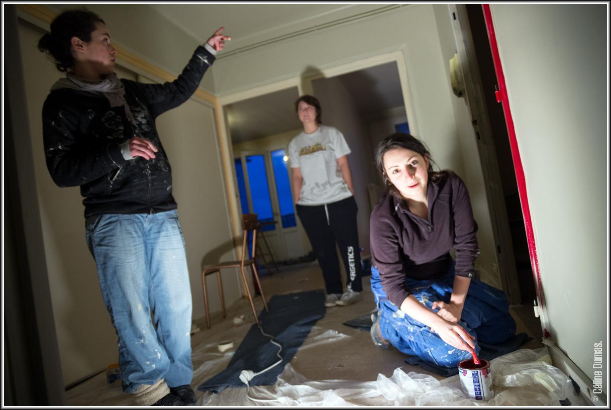 Chantier de femmes qui font de la peinture dans un appartement