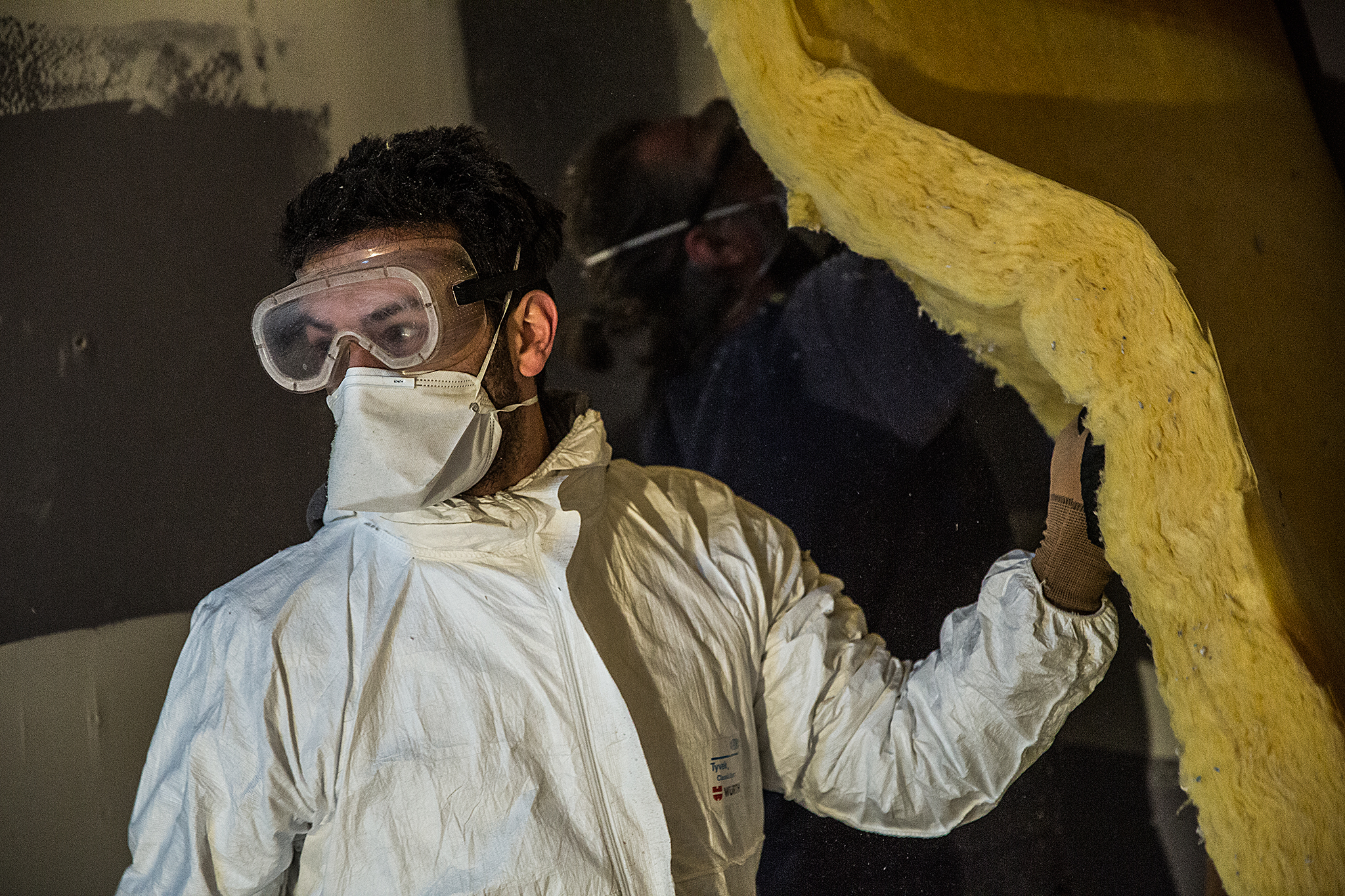 Fred Joao dans un chantier d'isolation dans la salle de concert