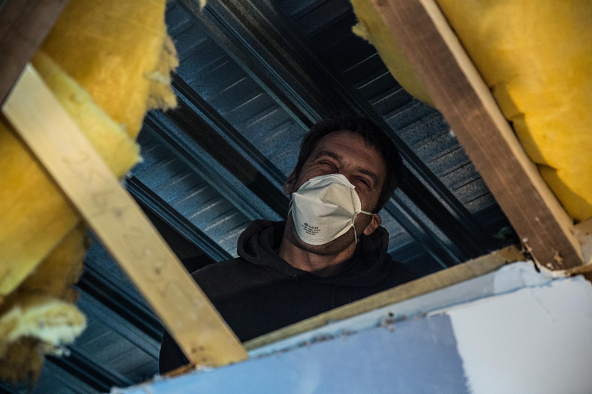 Aurélien Vieilledent dans un chantier s'occupe de l'isolation