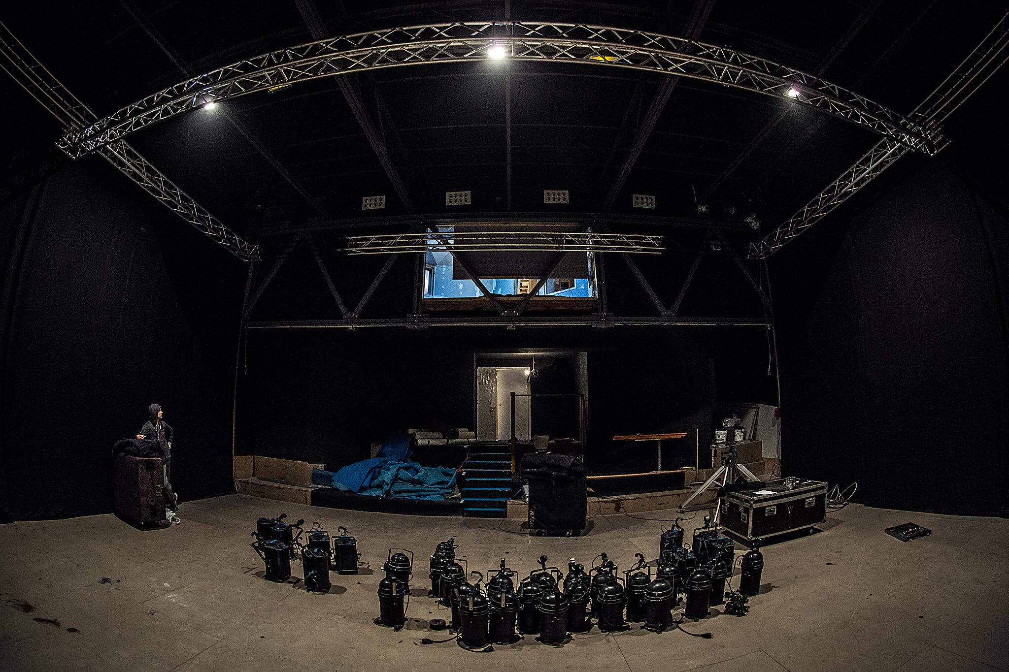 Une salle de spectacle avec des éléments techniques