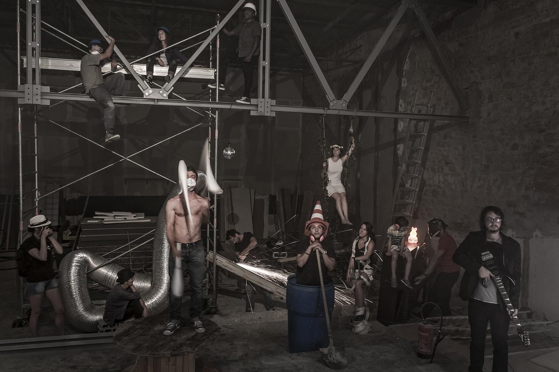 Des hommes et femmes dans un chantier intérieur d'une salle de concert