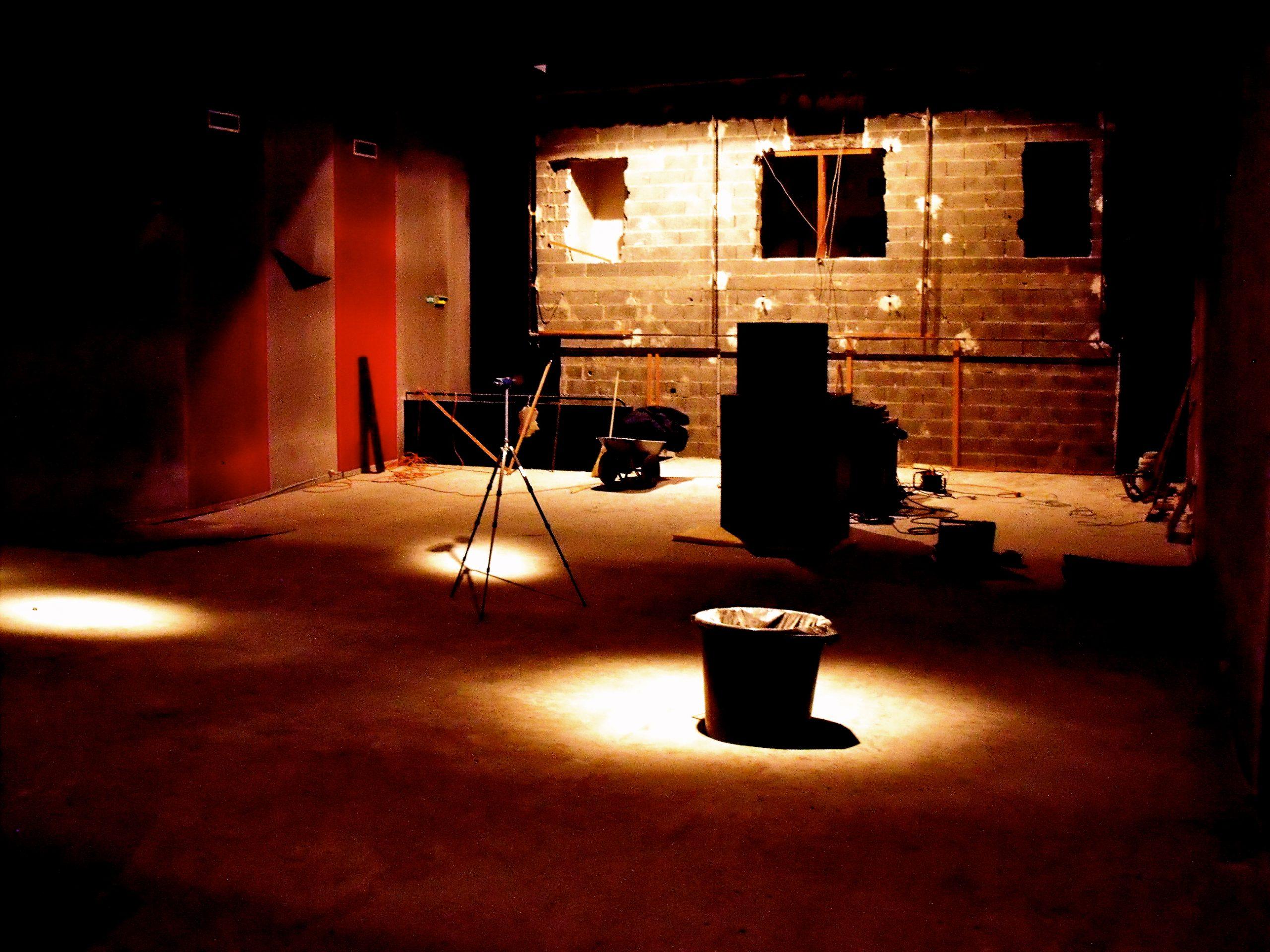 Salle de concert en travaux avec des lumières