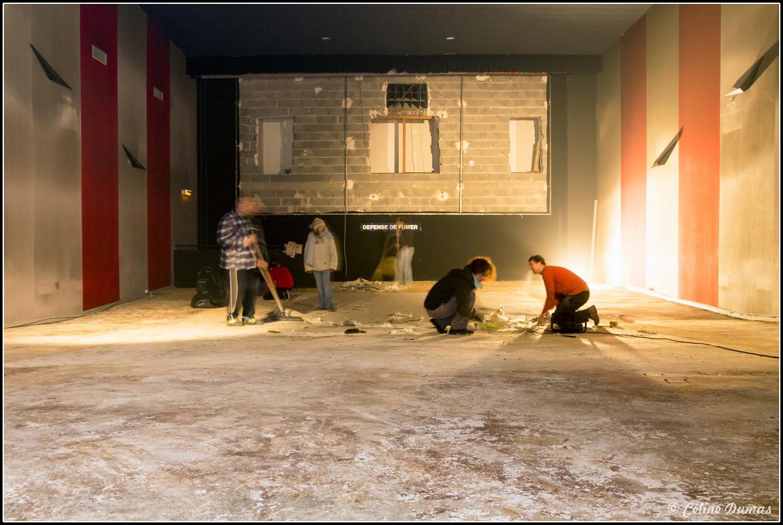 Quatre bénévoles travaillent sur un chantier participatif