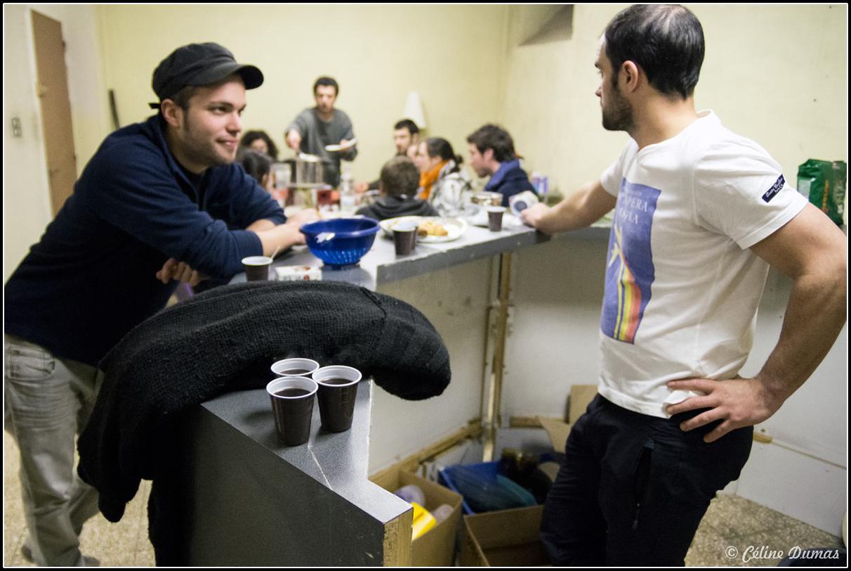 Deux hommes aux bars font une pause pendant un chantier participatif