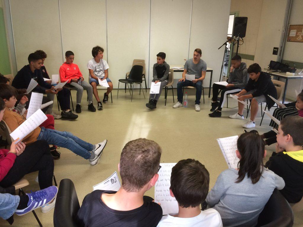 Atelier de beatbox avec des adolescents assis à l'intérieur