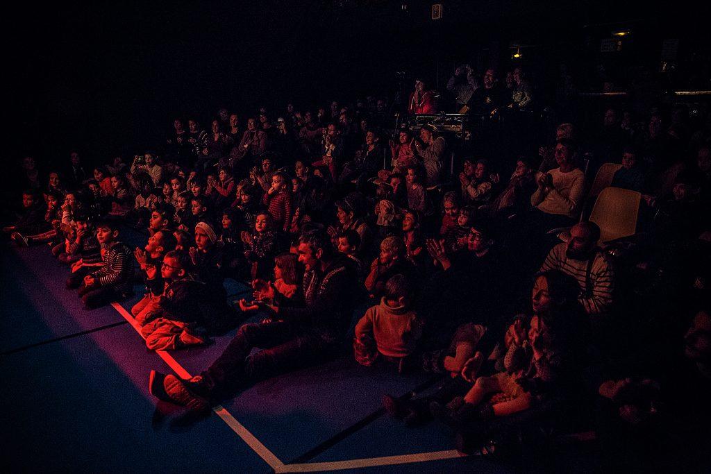Des enfants à un spectacle applaudissent